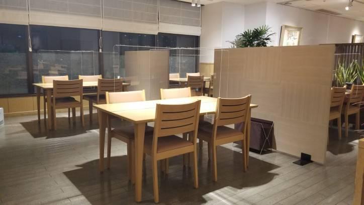 レストラン ラ・メールのテーブルに飛沫防止クリアパネルを設置しました